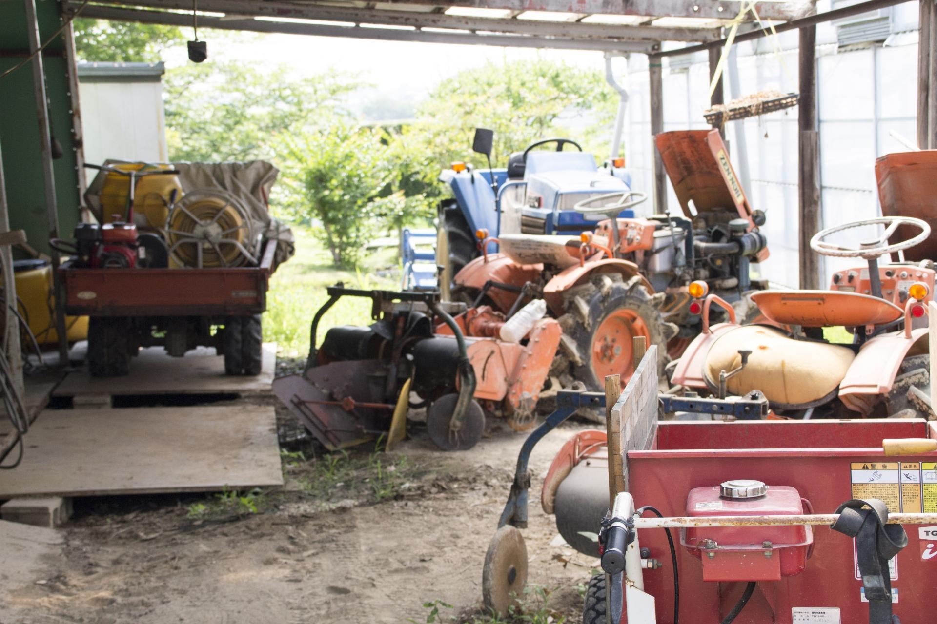 倉庫に保管している農機具